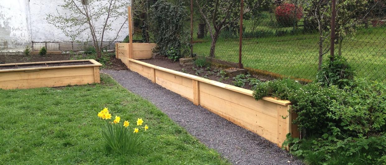 Vyvýšený záhon prepojený s kompostom na záhrade