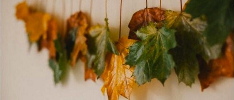 Jesenná dekorácia z listov priviazaných na šnúru