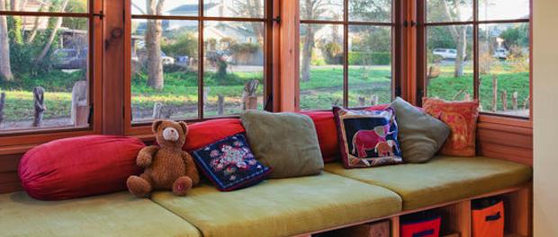 Sedenie v okne s výhľadom na zeleň