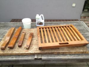 Rozmontovaná záhradná stolička pripravená na vyčistenie