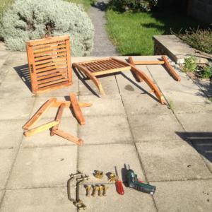 Rozmontovaná teaková stolička pripravená na vyčistenie