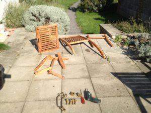 Rozobraná záhradná stolička aj s kovaním.