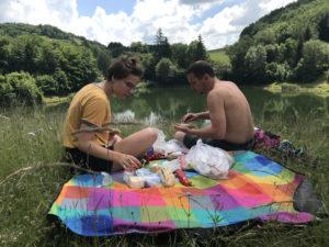 Raňajky v tráve na piknikovej deke