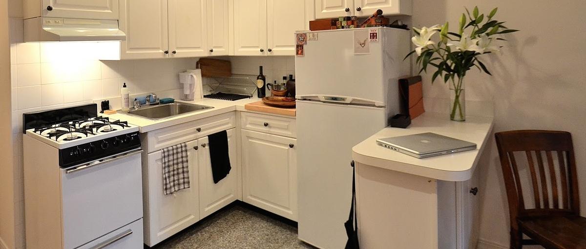 Kuchyňa s veľkou chladničkou