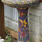 Vonkajšie umývadlo chránené mozaikou.